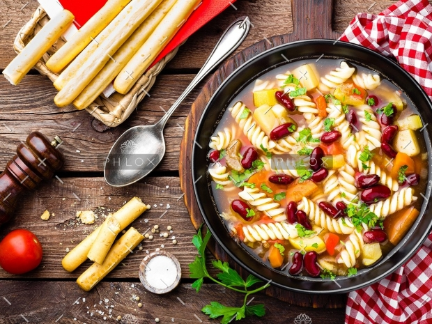 minestrone-soup-vegetable-soup-with-pasta-PHU79AS